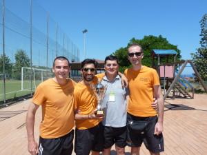Il presidente Gori insieme ad alcuni giocatori con la Coppa del campionato di Serie B vinto lo scorso Giugno